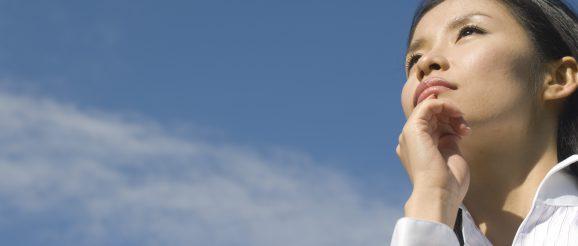 空を見て未来を思い描く女性