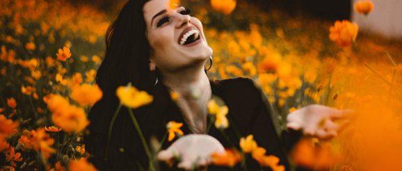 花に囲まれて笑う女性