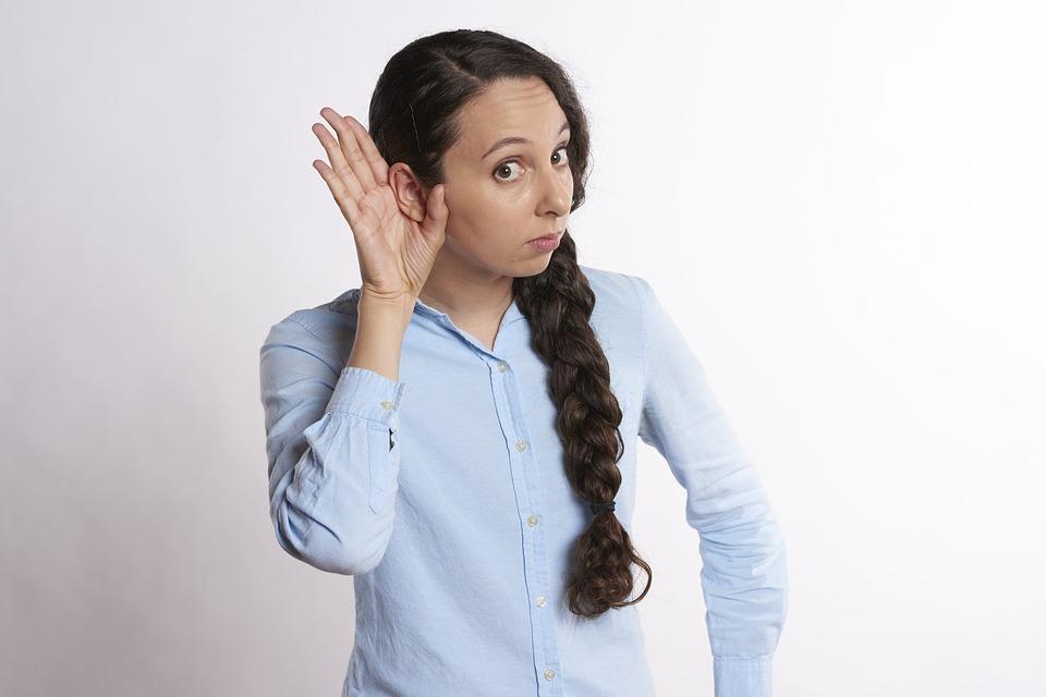 耳に手を当てる女性!