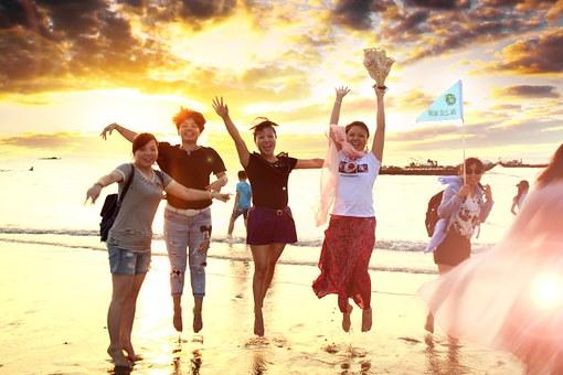 浜辺ではしゃぐ人たち