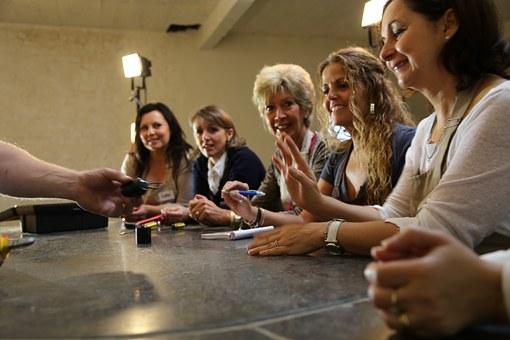 職場で机を囲む女達